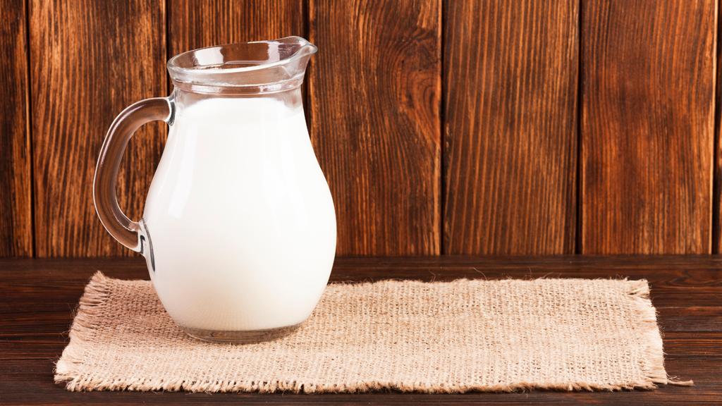 Entenda a importância do cálcio e do leite na menopausa